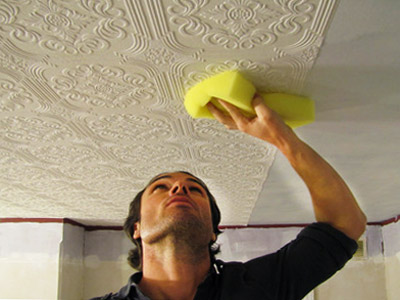 Клеим обои на потолок