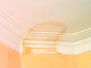 Как убрать жёлтые пятна на потолке