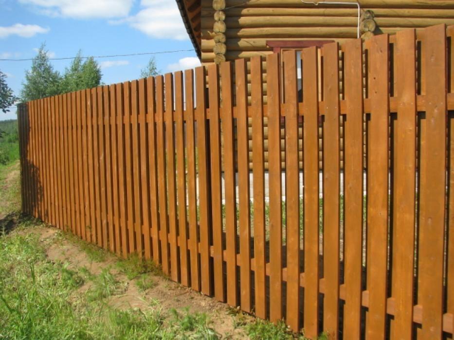 Ставим деревянный забор на дачном участке.