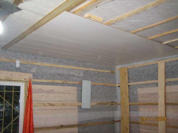 Как крепить пластиковые панели на потолок