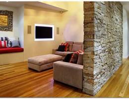 Декоративный камень в дизайне гостиной