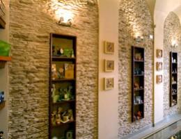 Отделка потолков в квартире плиткой «дикий камень»