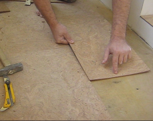 Как положить пробковую плитку с замками на пол