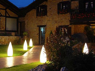 Благоустройство участка: обустройство садовых дорожек и декоративное освещение
