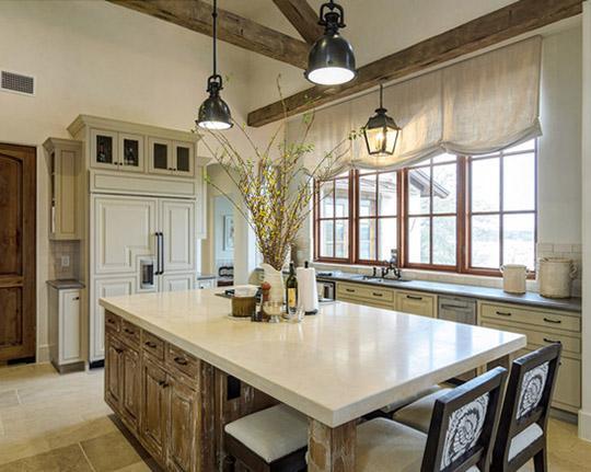 Как выбрать римские шторы для кухни, исходя из особенностей помещения