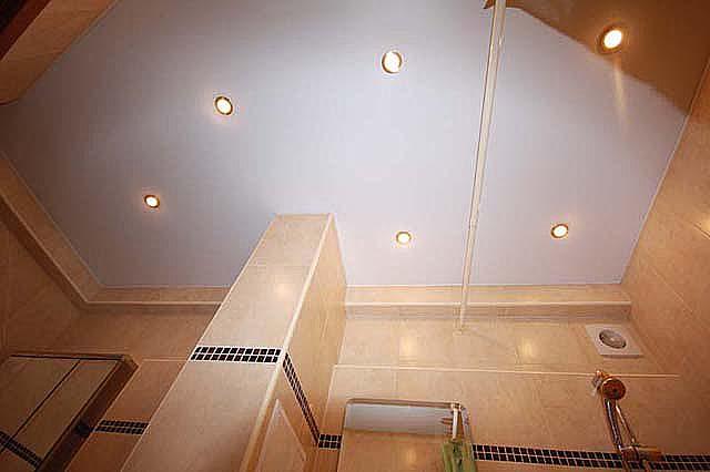 Натяжной потолок в ванной комнате: типы покрытий и нюансы установки