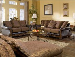 Диван коричневого цвета в дизайне интерьера