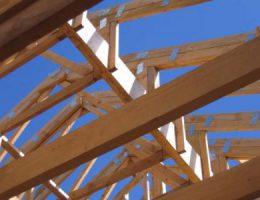 Установка крыши и потолочного перекрытия. Используем обрезную доску