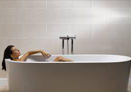 Укладываем кафельную плитку в ванной без помощников