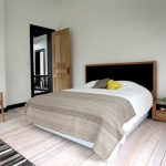 Гостиная, совмещенная со спальней на подиуме