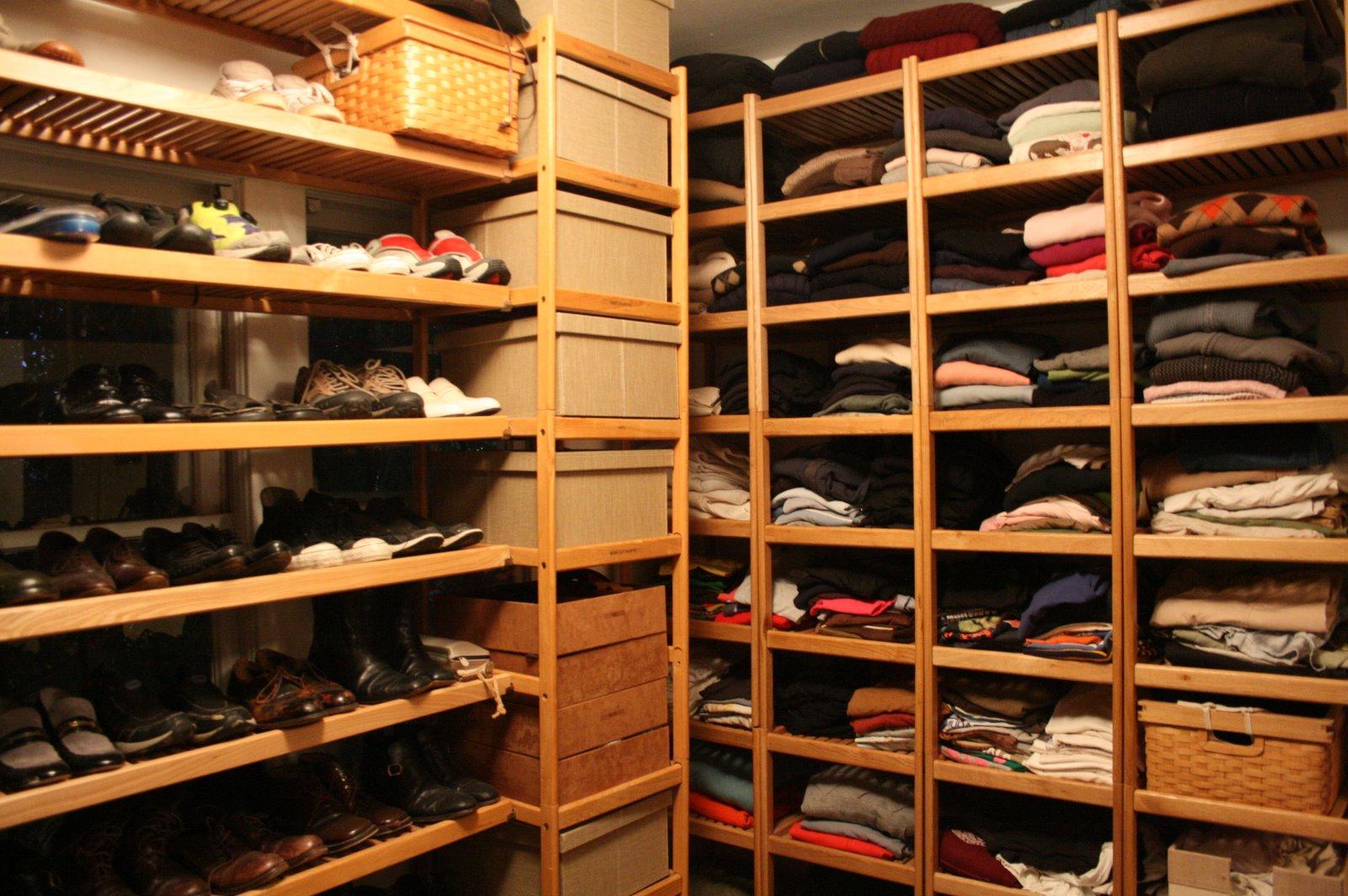 Деревянные стеллажи для гардеробной: особенности конструкции