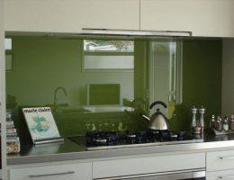 Скинали: стеклянный фартук для интерьера современной кухни
