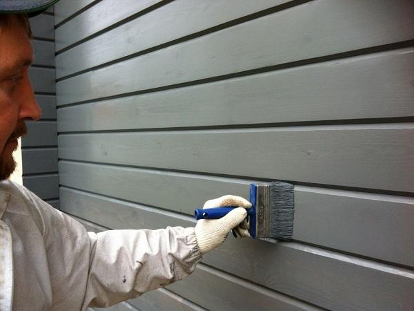 Как наиболее выгодно перекрасить фасад дома?
