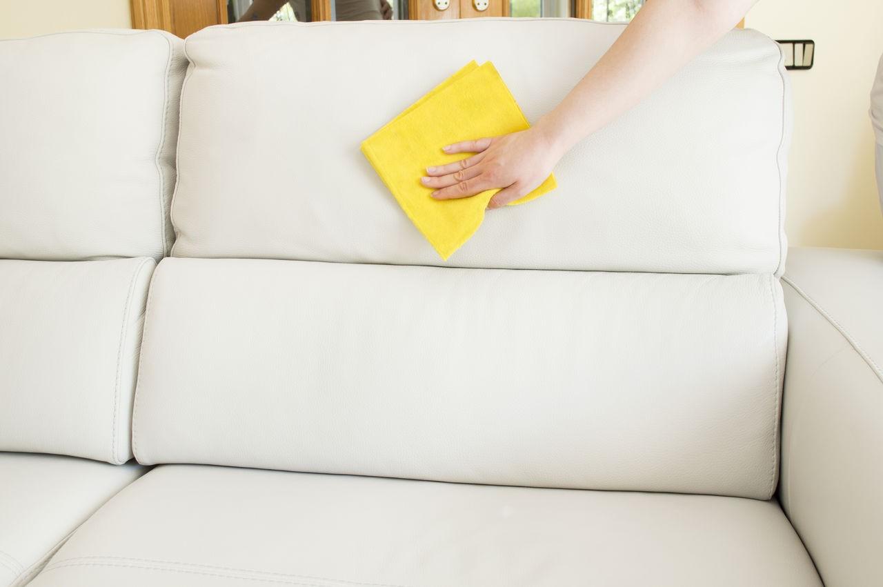 Как избавиться от пятен на кожаной мебели