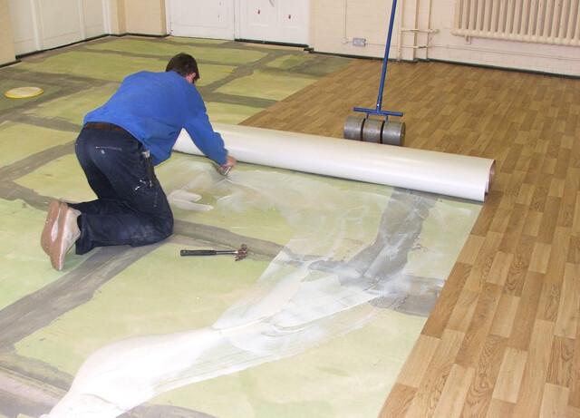 Как положить линолеум на бетонный пол?