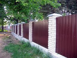 Как построить на загородном участке красивый и надежный забор?