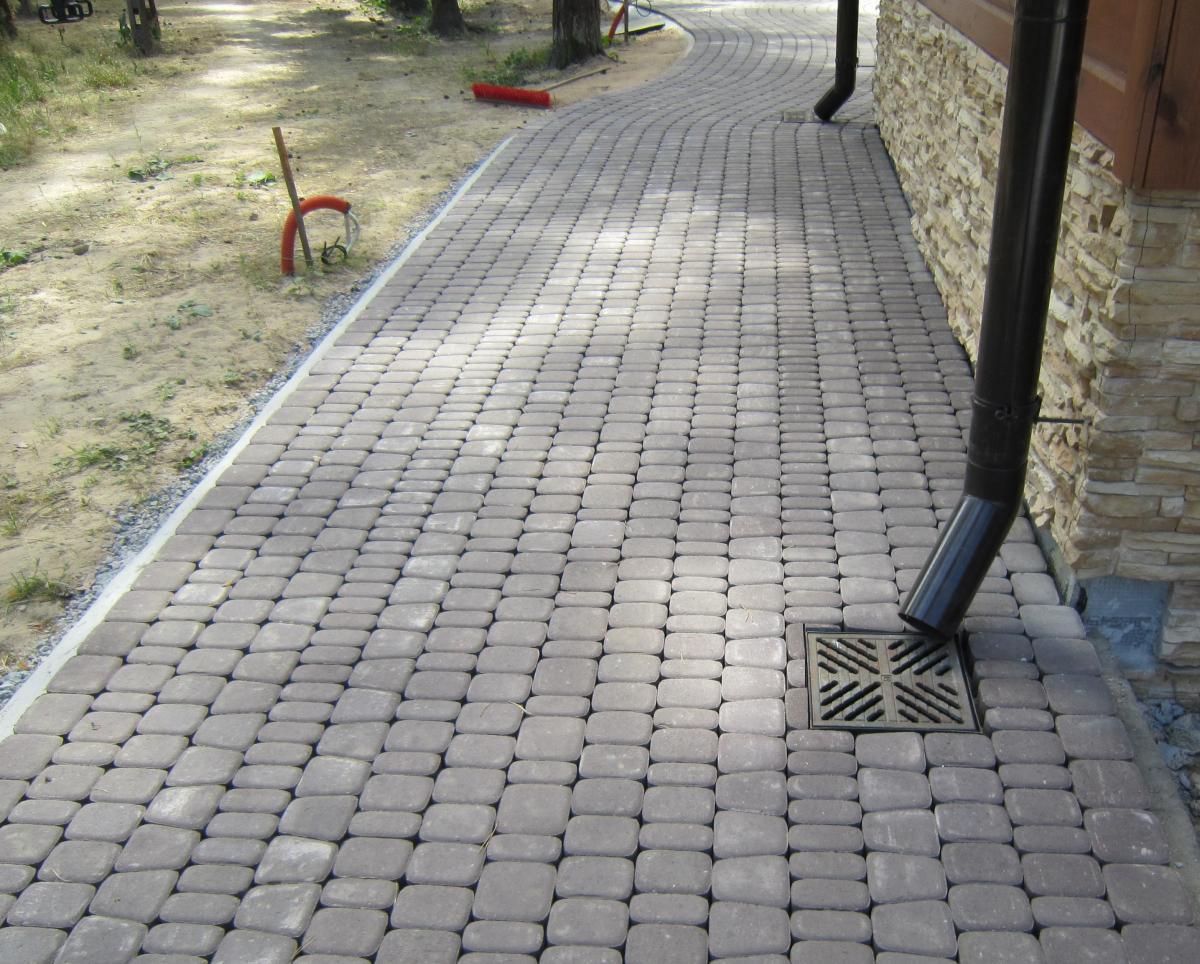 Укладка плитки на бетонную отмостку