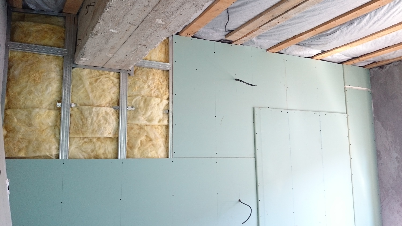 Процесс выравнивания стен при помощи гипсокартона