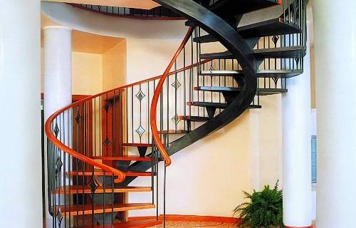 Винтовая лестница из металла на центральном столбе