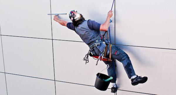 Проведение различных видов высотных работ с помощью профессиональных альпинистов