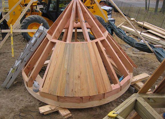Коническая крыша с круговой обрешеткой