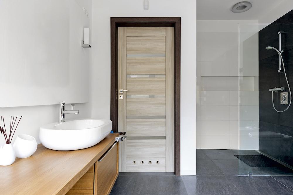 Как выбрать дверь для ванной: основные виды и требования