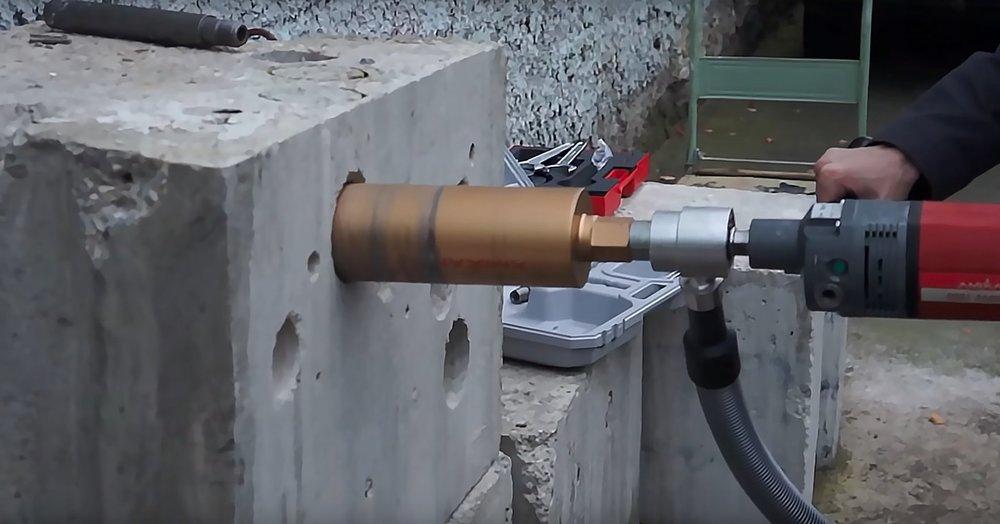 Сверление алмазной коронкой отверстий в бетонных стенах: колонковое бурение