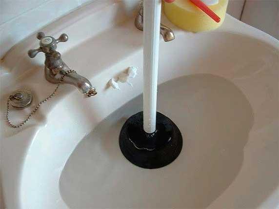 Забилась раковина на кухне: как прочистить подручными средствами?