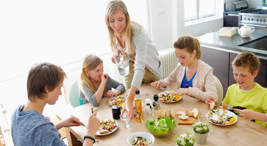 Интерьер кухни для большой семьи