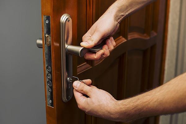 Почему в случае замены замка в двери лучше обращаться к профессионалам