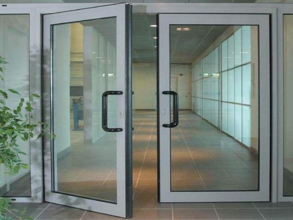 Покупайте алюминиевые двери в Хабаровске в компании ak-27.ru: доступные цены, высочайшее качество конструкций