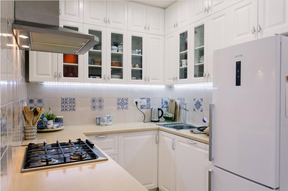 Холодильник на кухне: Варианты размещения