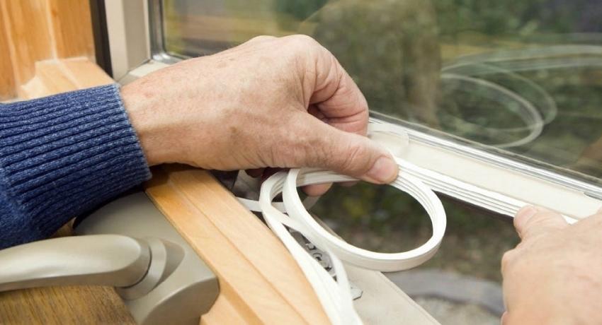 Уплотнитель для пластиковых окон: виды, характеристики и особенности замены