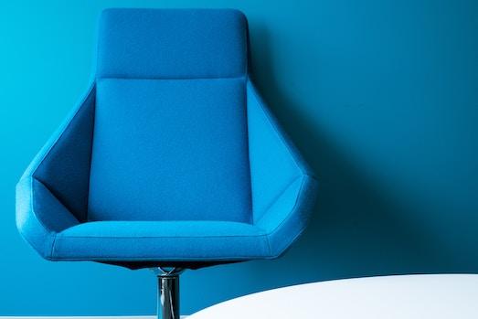 Кресло в интерьере — модный элемент в дизайне
